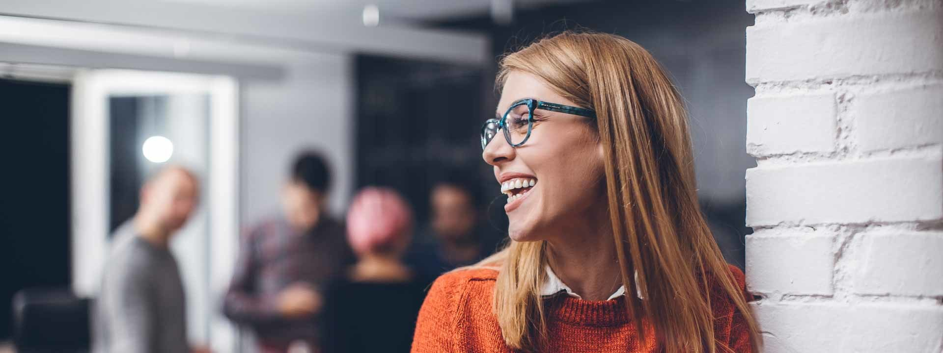 Wetzel Jobs Treuhand Immobilien Frau lachend seitlich